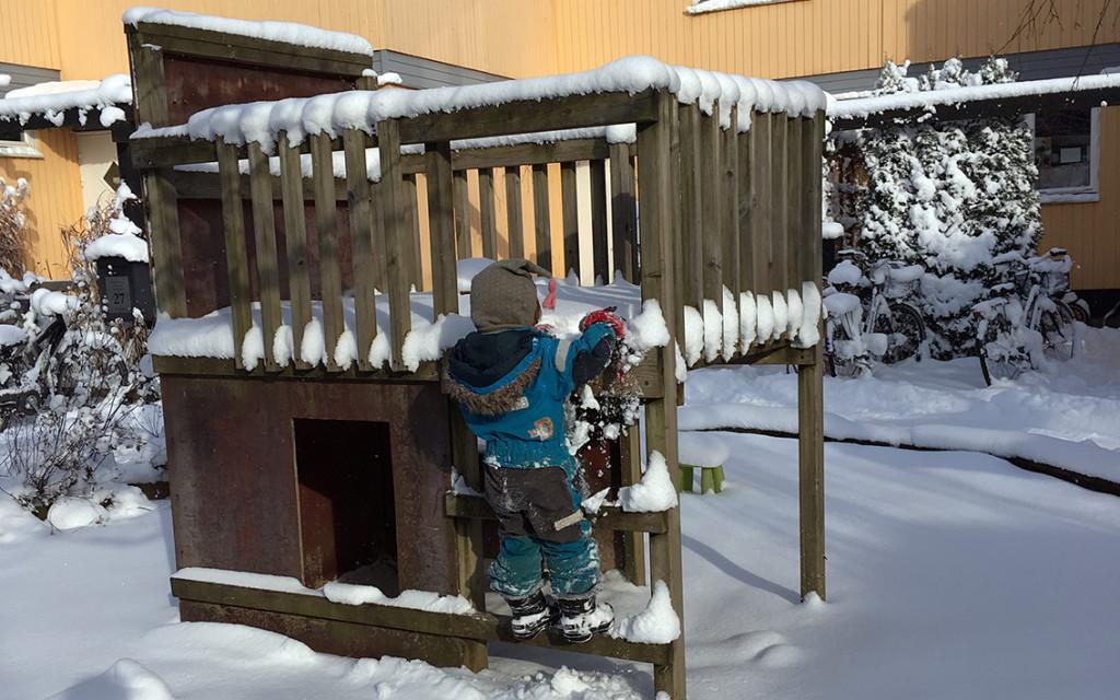 Klätterställning med barn i snö